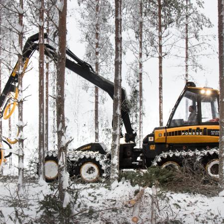 Männikön ensiharvennusta SJ-Metsäpalvelun työmaalla Tuupovaarassa.