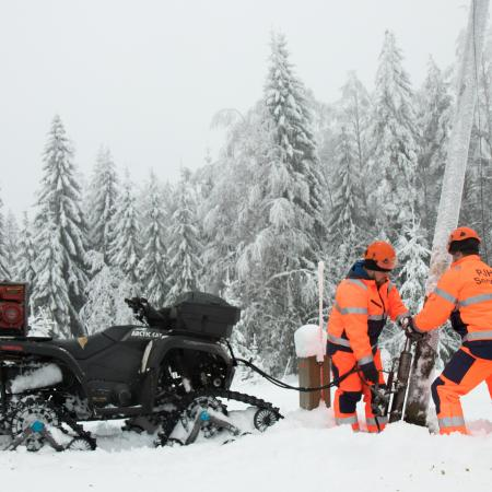 Mönkijän varusteena on purkutyöhon suunniteltu hydraulinen pylväännostotunkki.