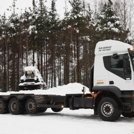 Koneenkuljetusalustalla siirtyvät niin metsäkoneet kuin kaivurit.