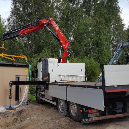 Puistomuuntajan nostotöissä Enerke OY:N työmaalla.