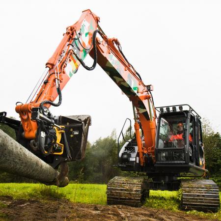 Suurin 16-tonninen metsäalustainen Hitachi ZX135USL-5B -kaivinkone palvelee haastavissa maasto-olosuhteissa.