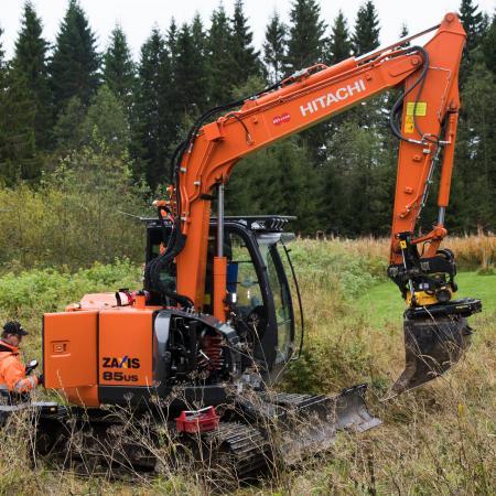 Rotatorin huoltoasentaja Jouni Koistinen ja huoltoinsinööri Ari Uusinukari säätävät Hitachi ZX85USBL-5B -kaivinkoneen paineita sopivaksi pylväänpoistotyöhön.