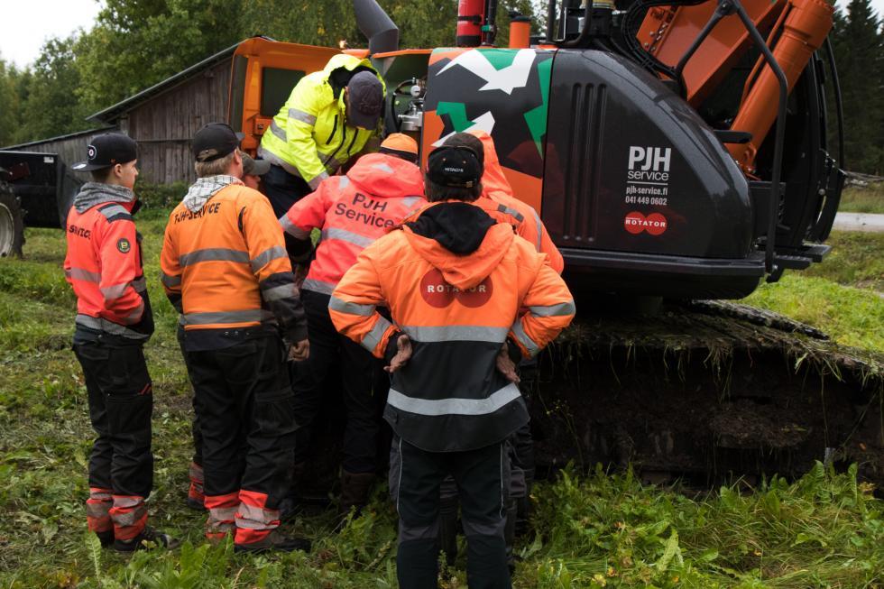 Rotatorin huoltoinsinööri Ari Uusinukari perehdyttää PJH Servicen henkilökuntaa